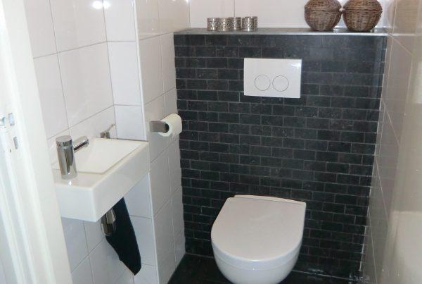 toilet met verband tegelwerk