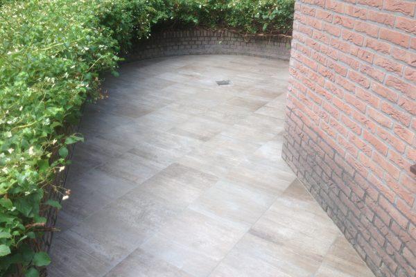 in beton gelegd natuursteen buiten